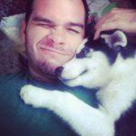 Carlos Fontes y su perra Mila