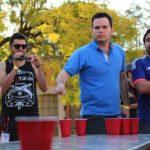Carlos Fontes jugando Beerpong