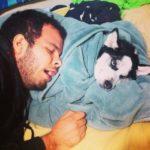 Carlos Fontes dormiendo con sus perros